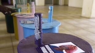 Jusqu'à maintenant, la Gambie utilisait des bidons dédiés à chaque candidat afin que chaque électeur y glisse une bille correspondant à son vote lors des élections.