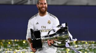 Sergio Ramos sostiene el trofeo de campeón de la Liga española durante la celebración del título tras la victoria del Real Madrid sobre el Villarreal, el 16 de junio de 2020 en la capital de España