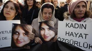 Manifestation des femmes à Istanbul le 16 février 2015 après l'assassinat d'une étudiante, Özgecan Aslan, poignardée par un chauffeur de bus, achevée à coups de cric, découpée en morceaux et brûlée.