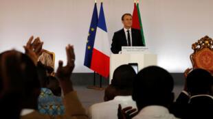 Emmanuel Macron a prononcé son discours devant près de 800 étudiants burkinabè qui ont, par la suite, posé des questions.