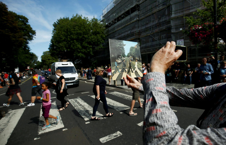 """Fãs reproduzem pose dos Beatles enquanto comparam com a capa do disco """"Abbey Road"""""""