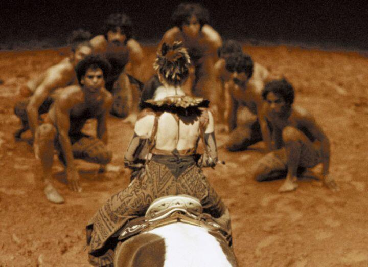 Bailarines Kalaripayattu, caballos y amazonas en la coreografía de Bartabas.