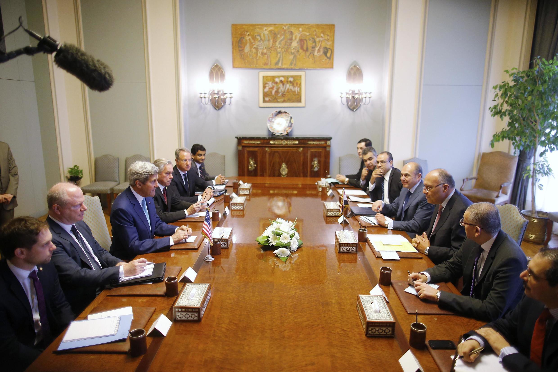 O secretário de Estado americano, John Kerry, se reuniu com Ban Ki-moon e autoridades locais no Cairo para apoiar as iniciativas do Egito para alcançar um cessar fogo na Faixa de Gaza.