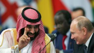 Le prince héritier saoudien Mohammed Ben Salmane parle avec le président russe Vladimir Poutine lors de l'ouverture du sommet du G20 à Buenos Aires, le 30 novembre 2018.