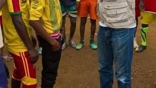Le club organise des matchs de football entre les réfugiés. Ici, avec le cousin du club, Damian Nouma.