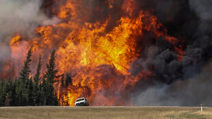 Des flammes gigantesques surgissent près de l'autoroute, vers Fort McMurray, le 7 mai 2016.