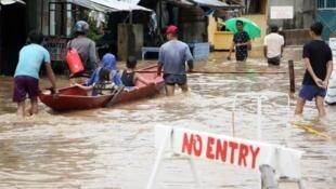 菲律宾中部比科尔地区(Bicol)遭热带低压暴雨袭击。2018年12月30日