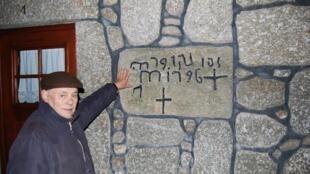 Mr Brito, villageois de Alvocor da Serra, centre du Portugal, montre l'inscription des «nouveaux chrétiens» - juifs baptisés- au-dessus d'une porte.
