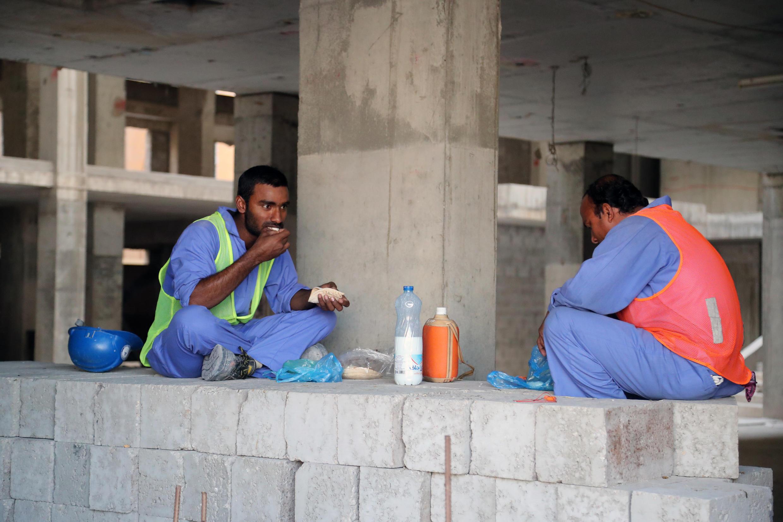 Operários estrangeiros trabalham em Doha, no Catar, dezembro 2016