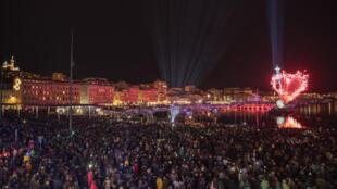 Le Groupe F a lancé la saison MP2018 avec «Le Grand Baiser», spectacle pyrotechnique sur le Vieux Port de Marseille.