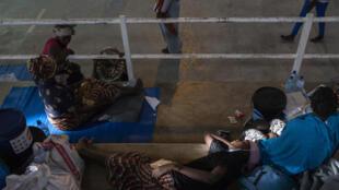 Desplazados internos de Palma, donde tuvo lugar un ataque yihadista, en el centro deportivo de Pemba, en Mozambique, el 2 de abril de 2021