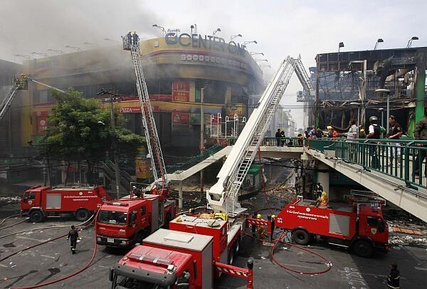 Bomberos apagan el fuego en el centro comercial Center One en Bangkok, el 20 de mayo.