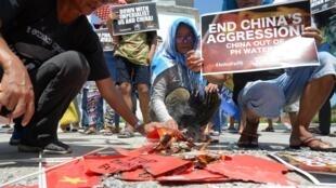 Ảnh minh họa : Dân Philippines biểu tình đốt cờ Trung Quốc ngày 17/06/2019 tại Manila để phản đối vụ tàu Trung Quốc đâm chìm tàu cá Philippines.