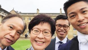 林鄭月娥在英國拍攝的闔家歡照片,其笑容確是比其他全家福照片燦爛