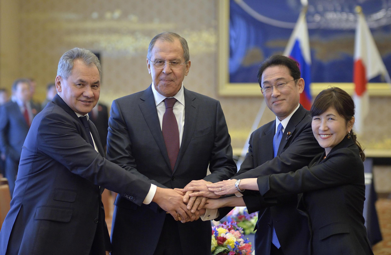 Các ngoại trưởng và quốc phòng Nga Nhật Bản trước khi bước vào cuộc đàm phán 2+2 tại Tokyo ngày 20/03/2017.