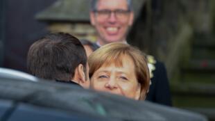 Emmanuel Macron salue Angela Merkel à l'occasion de la cérémonie de la signature du nouveau traité franco-allemand.
