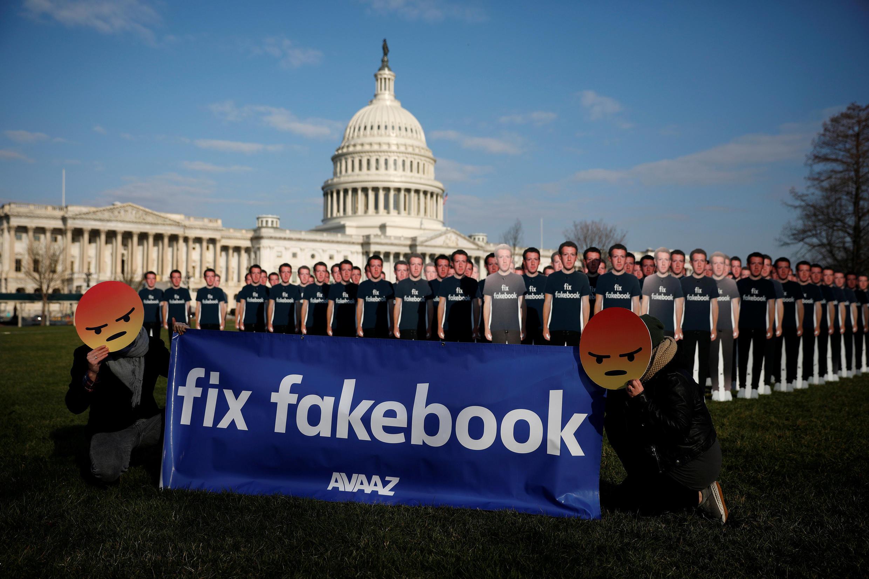Biểu tình chống chủ tịch–tổng giám đốc Facebook Mark Zuckerberg bên ngoài trụ sở Quốc Hội Mỹ tại Washington, ngày 10/04/2018.