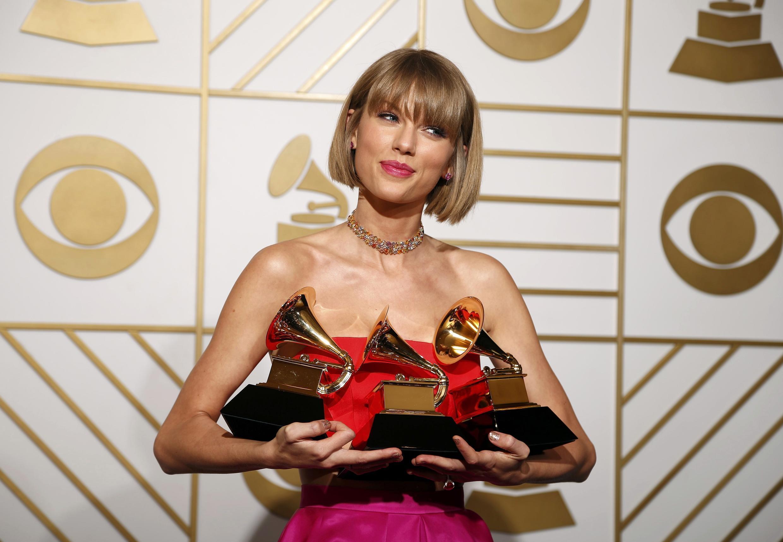 """Тейлор Свифт на церемонии """"Грэмми"""" 15 февраля 2016"""