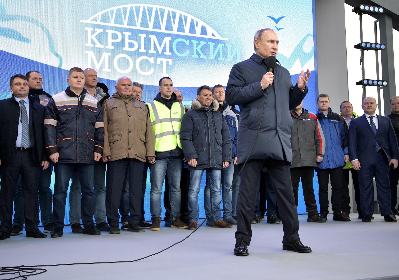 Tổng thống Vladimir Putin đọc diễn văn trong lễ khánh thành tuyến đường sắt nối liền Crimée với lãnh thổ Nga, Taman, ngày 23/12/2019