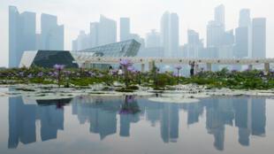Distrito financeiro de Cingapura coberto pela fumaça