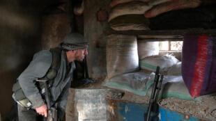 Un combattant rebelle surveille le front, au village d'al-Rayhan, dans la Ghouta orientale, le 2 janvier 2017.