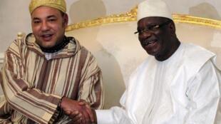 Le roi du Maroc, Mohammed VI, accueilli par le nouveau président du Mali, IBK, à Bamako, en septembre 2013.