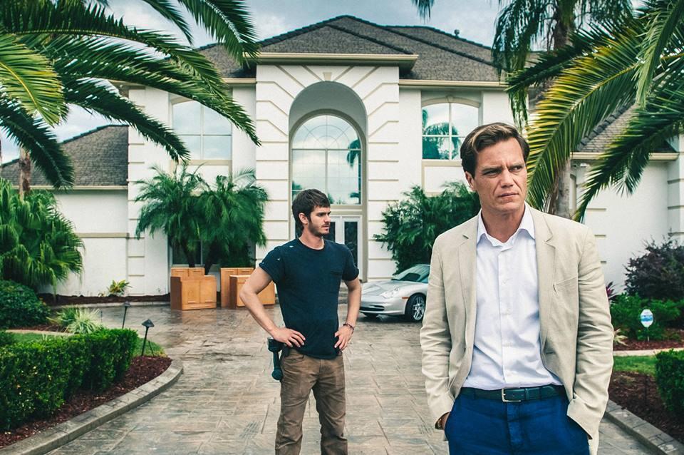 """Andrew Garfield (à esq.) e Michael Shannon em cena do filme """"99 Homes""""."""
