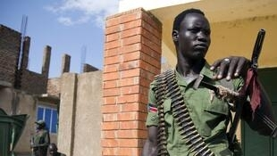 A member of the SPLA-IO stands guard at a military site in Juba, 25 April 2016.