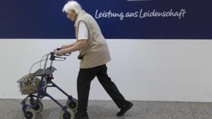 Une retraitée allemande passe devant une agence de la Deutsche Bank à Berlin, le 3 septembre 2012.