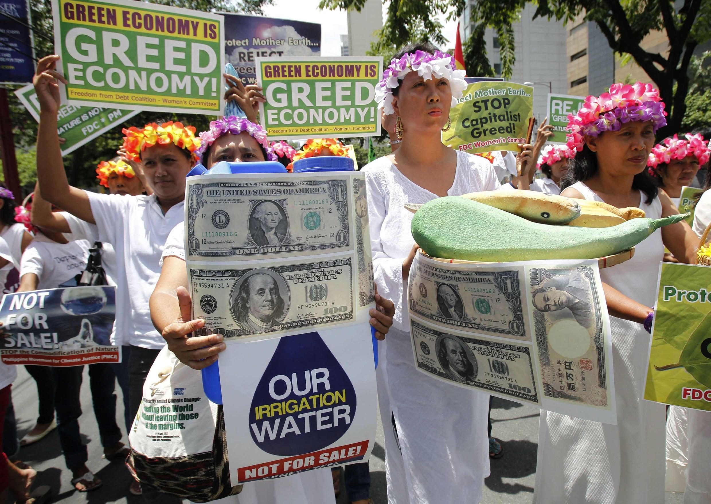 Các thành viên phong trào Freedom from Debt Coalition biểu tình tại, Manila, ngày 20/06/2012, trước cửa trụ sở Liên Hiệp Quốc, tại trung tâm tài chính Makati, để cảnh báo nguy cơ thất bại của Hội nghị Rio+20.