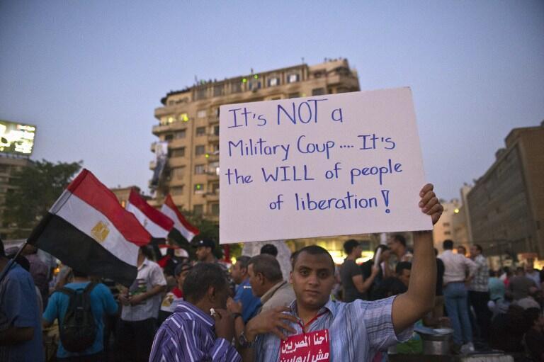 Un manifestant sur la place Tahrir, le dimanche 7 juillet, brandit une pancarte insistant sur le caractère populaire des événements qui se sont déroulés ces derniers jours.