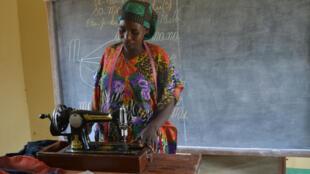 Grâce à la construction d'un centre d'apprentissage par la Section Genre de la MONUSCO, plusieurs femmes et filles vulnérables et victimes de violences sexuelles ont bénéficié de  la formation en coupe et couture.