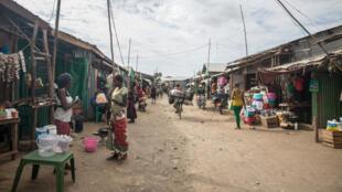 Une allée commerçante dans le camp de réfugiés de Kakuma au Kenya.