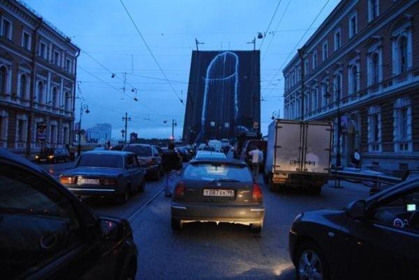 """Перформанс группы """"Война"""" на Литейном мосту вблизи здания ФСБ, известного как """"Большой дом"""" в Санкт-Петербурге 2011 г."""