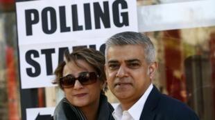 Sadiq Khan, o novo prefeito de Londres, e sua mulher, Saadiya, após votarem no Sul da capital inglesa.
