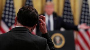 دونالد ترامپ، رییسجمهوری آمریکا، تاکید کرده است: مدارکی در دست دارد که بر اساس آن، کووید ۱۹ از آزمایشگاهی در ووهان چین خارج شده است. اما سرویسهای اطلاعاتی آمریکا میگویند بررسیهای دستگاههای اطلاعاتی آمریکا نشان میدهد که این سرویس منشا طبیعی داشته است.