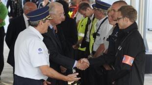 Le roi belge Albert rencontre l'équipe de sauveteurs sur les lieux de la catastrophe, le 19 août 2011.