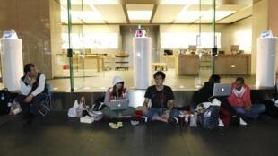 Những người hâm mộ ''cắm trại'' trước một cửa hàng tại Sydney chờ giờ mở cửa sáng 16/03/2012 để mua được chiếc iPad 3.