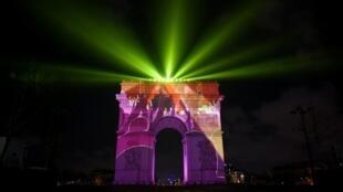 Projeções no Arco do Triunfo atraíram milhares de pessoas no Réveillon de 2018