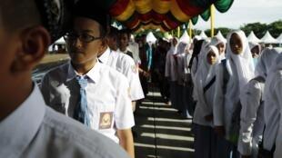 Estudantes indonésios se preparam para as celebrações dos 10 anos da tragédia, que matou mais de 226 mil pessoas na costa do oceano Índico.
