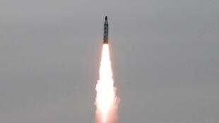 Teste militar com mísseis submarinos disparados pela Coreia do Norte em Pyongyang, em 24 de abril de 2016.