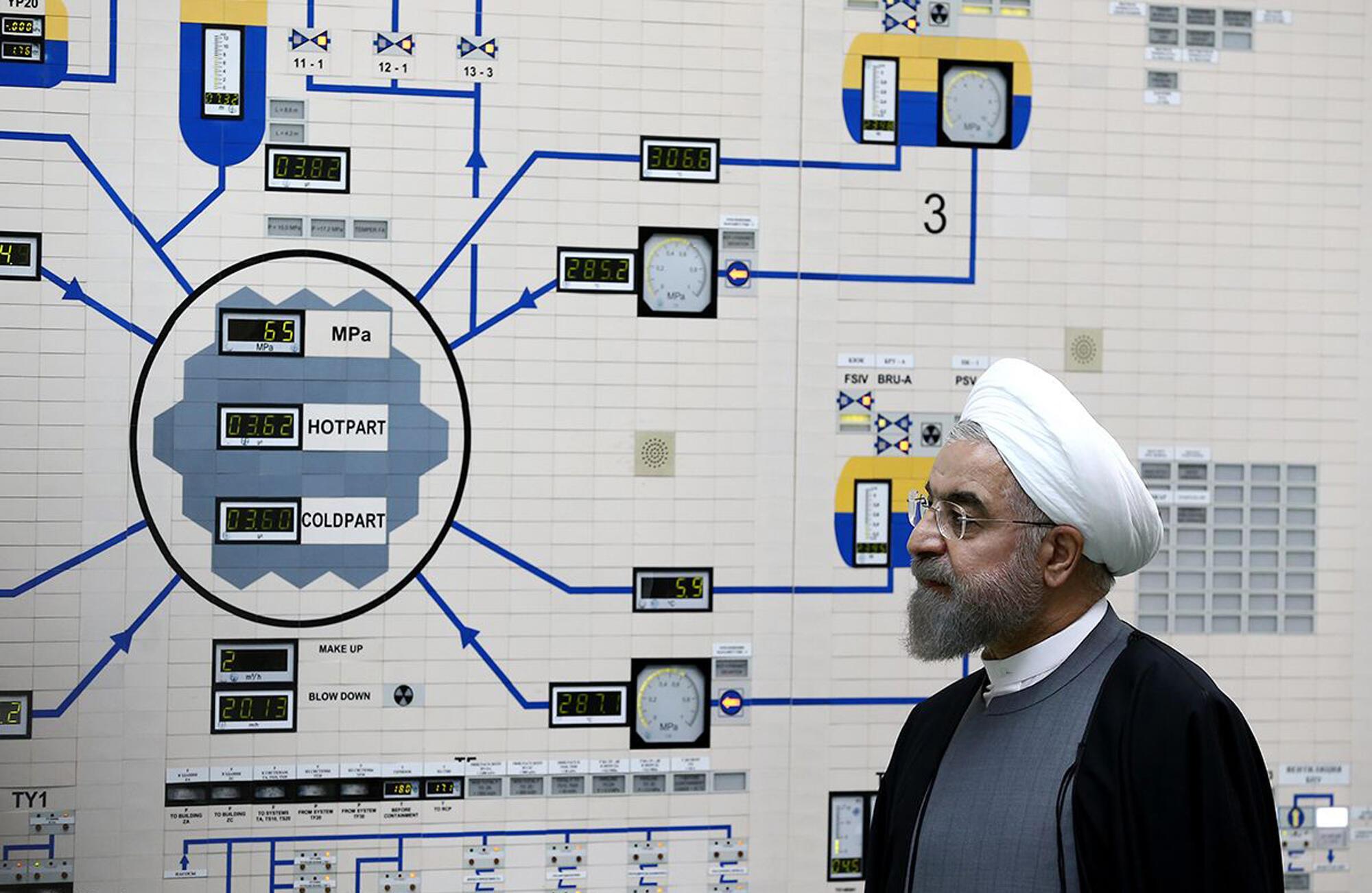 Le président de la République islamique d'Iran, Hassan Rohani, en 2015 dans la salle de contrôle de la centrale nucléaire de Bouchehr.