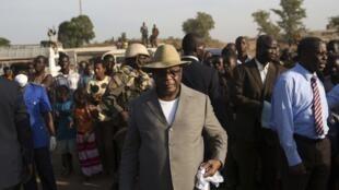 Le président IBK est venu à Kouremalé lundi 17 novembre prendre la mesure du dispositif mis en place pour contrôler l'entrée éventuelle de malades en provenance de Guinée où sévit l'épidémie d'Ebola.