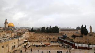 Toàn cảnh khu Đền Thờ Núi (mầu vàng) và bức Tường Than Khóc tại khu phố cổ Jerusalem. (Ảnh chụp ngày 06/12/2017)