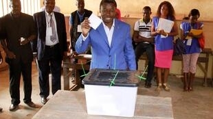 Incumbent presidential candidate Faure Gnassingbe casts his ballot in Lome 25 April 2015.
