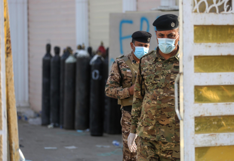 Dos policías vigilan la entrada del hospital en Bagdad donde se produjo un devastador incendio el 25 de abril de 2021