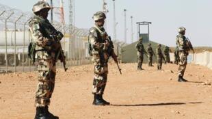 Des soldats montent la garde à proximité du site d'In Amenas. Le site gazier algérien a été la cible d'une attaque et d'une prise d'otages meurtrière menée par Aqmi, en janvier dernier.