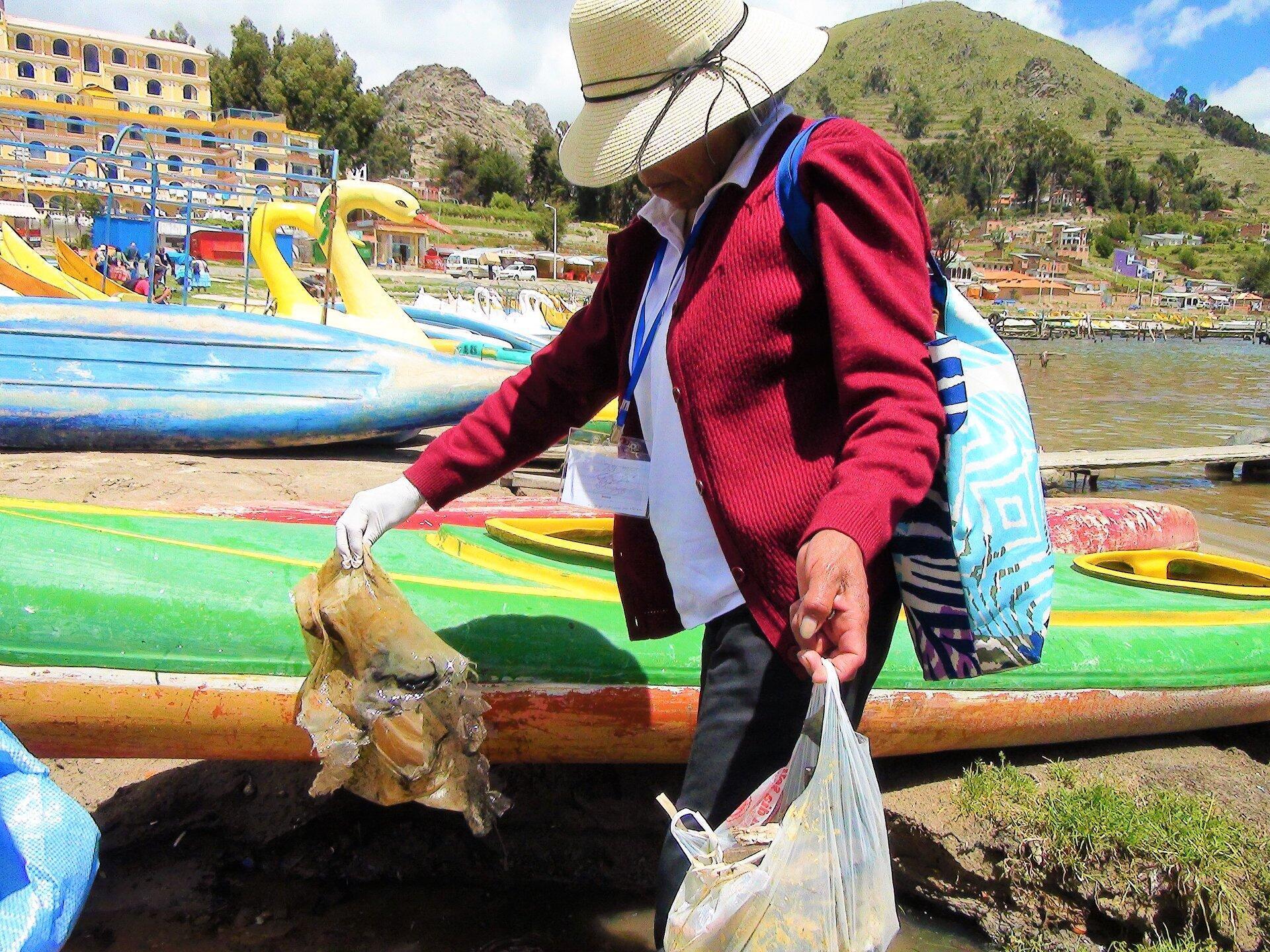 Día de limpieza en las orillas del lago Titicaca.
