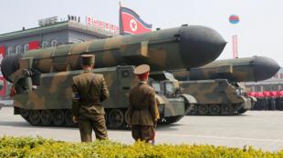 Manyan makamai masu linzami na kasar Korea ta Arewa yayinda ake wucewa da su ta gaban shugaban kasar Kim Jong Un da wasu manyan mukarrabansa a babban birnin kasar Pongyang.