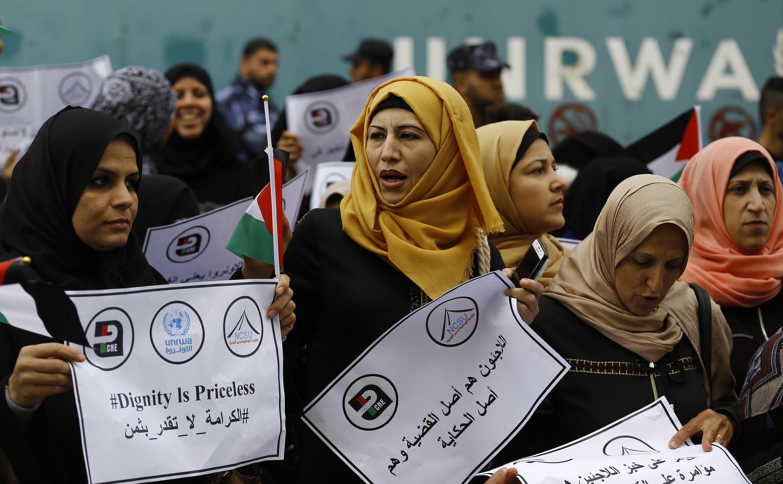 ស្ត្រីប៉ាឡេស្ទីនធ្វើបាតុកម្មនៅមុខការិយាល័យអង្កការប្រជាជាតិ UNRWA នៅតំបន់ Gaza ថ្ងៃទី១៥មីនា ២០១៨